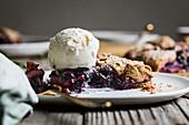 Galette mit Birnen und blauen Trauben serviert mit Vanilleeis