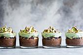 Minze-Schokoladenmousse mit flambierter Matcha-Baiserhaube