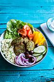Falafel Bowl mit Gemüse und Couscous