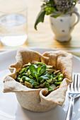 Grünes Gemüse im Teigschälchen