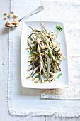 Grüne und gelbe Bohnen aus dem Ofen mit Erdnüssen