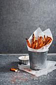 Ofengebackene Süßkartoffelpommes mit Gewürzen und Sauerrahm