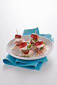 Mozzarella and tomato kebabs with raw ham on piadina
