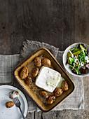 Gebackene Jersey Royal Kartoffeln mit Brie und Essiggurken