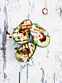Gegrillte Avocadohälften mit Harissa-Hummus und Tahini-Joghurt