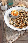 Frittierte Stinte mit Artischocken-Bohnen-Dip