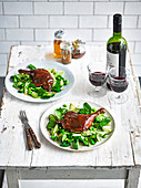 Sticky Duck mit Gurken-Frühlingszwiebel-Salat