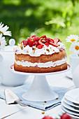 Erdbeer-Sahne-Torte mit Pistazien