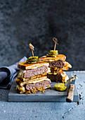 Patty Melt Sandwich mit Käse und karamellisierten Zwiebeln (England)