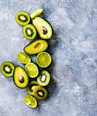 Avocados, Kiwis und Limetten, halbiert