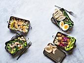 Verschiedene Salate für die Lunchbox
