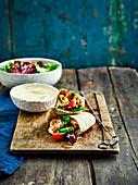 Griechische Hühnerspiesse mit Salat, Hummus und Pitabrot