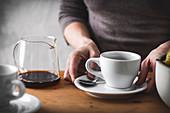Frauenhände mit Kaffeetasse
