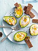 Gebackene Avocados mit Räucherlachs und Ei