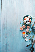 Frische Eier, ganz und aufgeschlagen