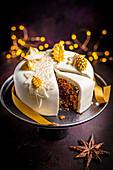 Christmas Cake mit weißem Fondant-Überzug