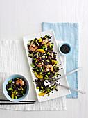 Schwarzer Reissalat mit Garnelen und Orange (Asien)