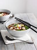 Scharf-saure Fisch-Nudel-Suppe (Asien)