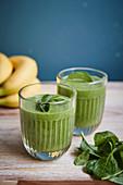 Grüner Smoothie mit Banane und Spinat