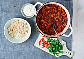 Dreierlei Bohnen-Linsen-Chili mit Reis und Sauerrahm
