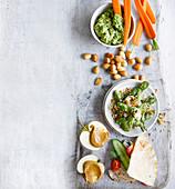 Gesunde Snacks - Erbsen-Minz-Dip mit Karottensticks, Pita-Taschen und gebratene Edamame