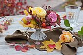 Kleiner Rosenstrauß mit Hagebutten, Zierquitten und Herbstlaub
