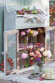 Herbstliche Rosensträuße mit Hagebutten und Beeren vom Liebesperlenstrauch, Kränzchen aus Knospenheide und Hagebutten