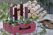 Schublade mit Kerzen in Einmachgläsern als Adventskranz
