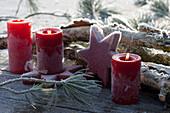 Kerzen und Stern im Rauhreif