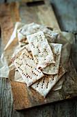 Kleine Roggen-Knäckebrote aus Sauerteig (vegan)