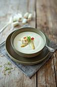 Spargelcremesuppe mit Kresse und Chili (vegetarisch)