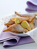 Frittierte Teigtäschchen mit Cremefüllung