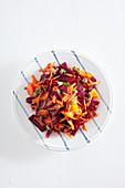 Rote-Bete-Salat mit Möhren, Orange und Kapern
