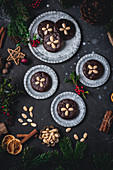 Elisenlebkuchen mit Schokoladenguss auf Metalltellern