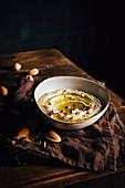Mandel-Hummus mit Olivenöl