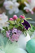 Mini-Strauß aus Fliederblüte, Apfelblüten und Petunie in Entenei als Vase