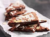Dreieckige Schokoladenplätzchen mit Mandelblättchen