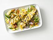 Gegrillte Hähnchen-Ananas-Spiesse auf gemischtem Salat