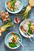 Hähnchen mit Ananas, Reis und Zuckerschoten