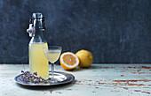 Limonade in Flasche und Glas