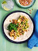 Vegane Tortilla mit Tofu, Erbsen, Koriander, Erdnüssen und Lauch