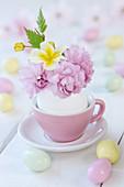 Mini-Strauß mit Zierkirsche, Primel und Kerrie im ausgeblasenen Ei als Vase