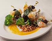 Garnelen mit Salbei, Brokkoli, Weizen und Oliven