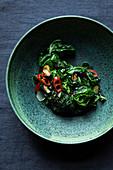 Scharf angebratener Spinat mit Chili und Knoblauch