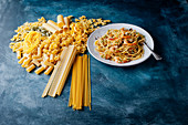Spaghetti mit Garnelen und verschiedene rohe Nudelsorten