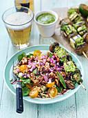 Gegrillte Pilz-Tofu-Spiesse mit Pesto auf Weizensalat mit Tomaten, Walnüssen und roten Zwiebeln