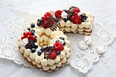 Zahlenkuchen mit Sahnecreme und frischen Beeren