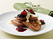 Pancakes mit Vanillesauce und Beeren