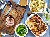 Lammrücken mit grünem Gemüse, Blumenkohl-Käse-Auflauf und Kartoffelgratin mit Zwiebeln und Bacon