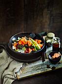 Sushi-Salat mit Lachs, Avocado und Nori